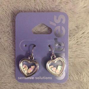 🌺NWOT🌺 Ear drop heart Earrings by Claire's.